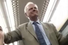 Un homme divertit toute une rame de train en chantant