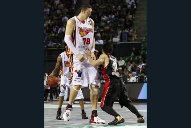 grossiste a9001 28adb Sun Mingming, le basketteur le plus grand