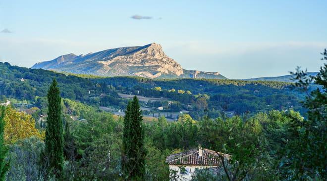Sainte-Victoire: montagne, randonnée, peinture, histoire, le guide
