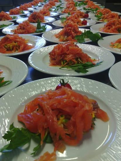 La Petite Auberge  - julienne de saumon fumé et legumes craquant en traiteur -