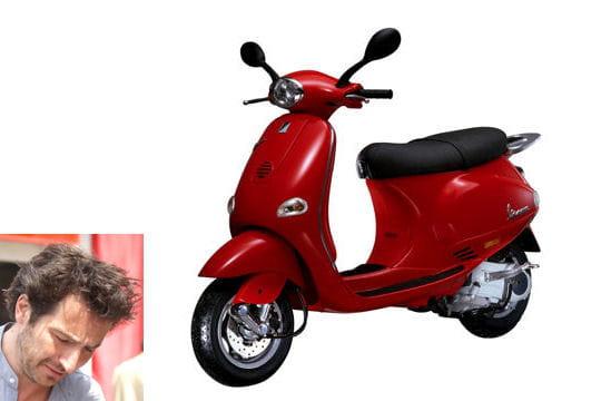 Edouard Baer roule en scooter
