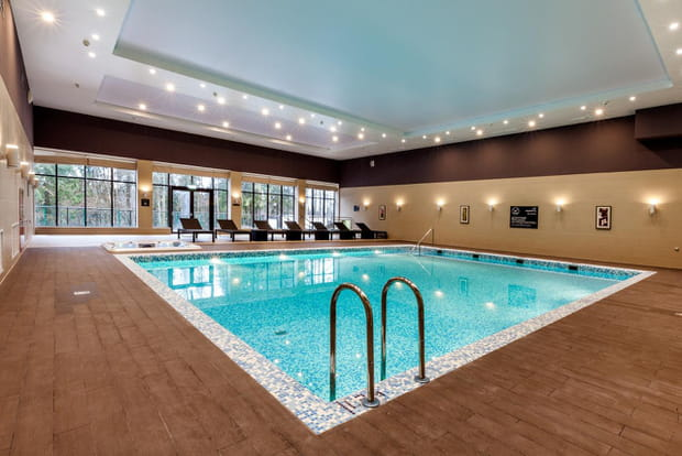 Une spacieuse piscine int rieure for Hotel nice piscine interieure
