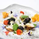 La Côte Saint Jacques & Spa *****  - Salade tiède de lapin et jambonnettes de grenouilles, capucines, moutarde de Meaux et poudre d'oignon brulé -   © @LaCôteSaintJacques&Spa*****