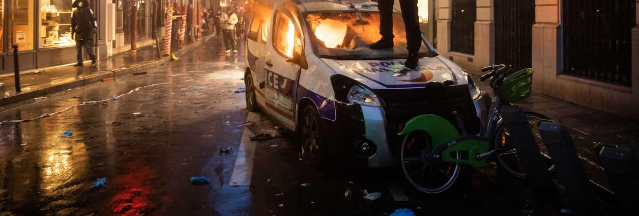 Gilets jaunes: les images choc de la guerilla urbaine à Paris