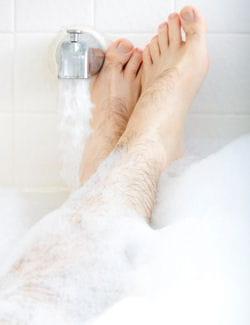 un bon bain ou une douche chaude : parfait pour se réchauffer.