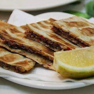 Restaurant : Le Helem  - Arayess au viande de boeuf -   © Le Helem restaurant libanais
