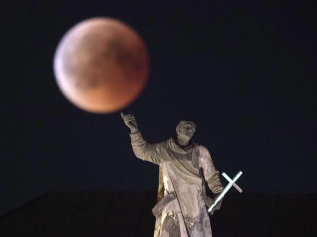 """Les plus belles images de la """"lune de sang"""" dans le monde"""