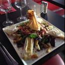 Plat : Les Trois Garçons  - Salade Fromagère : Salade, tomates, œuf, lardons, brick de St. Marcelin au noix et miel, toasts camembert et chèvre. -