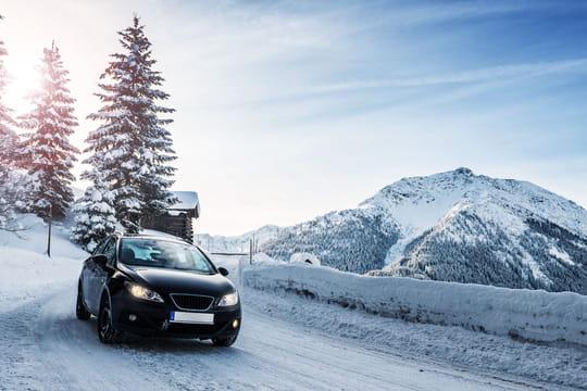 Pneu neige, chaîne à neige, chaussette: quel équipement pour rouler l'hiver?