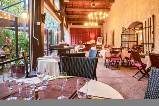 Restaurant : Les Amandiers  - Profitez dès l'intérieur de notre restaurant d'une belle vue sur notre jardin -   © Copyright