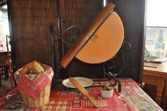 La Pierre Chaude  - la raclette à l'ancienne bien sur -   © la pierre chaude