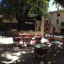 Restaurant : Café de l'Univers  - Vu depuis la terrasse. Une petite fontaine se trouve légèrement sur la droite.  -