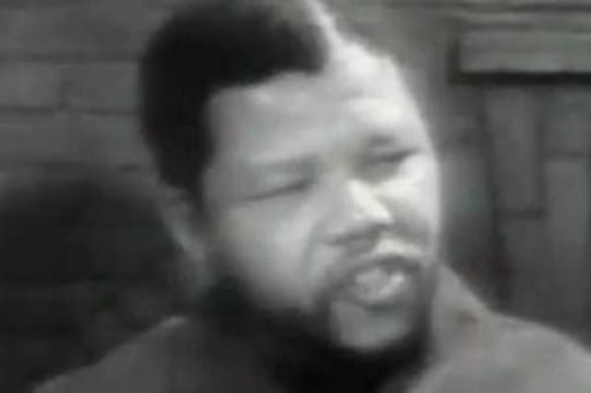 Mandela: apôtre de la violence en 1960, héros de la paix en 1990