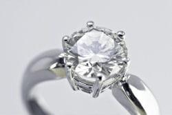 homme bague diamant 2604765 glenn young fotolia
