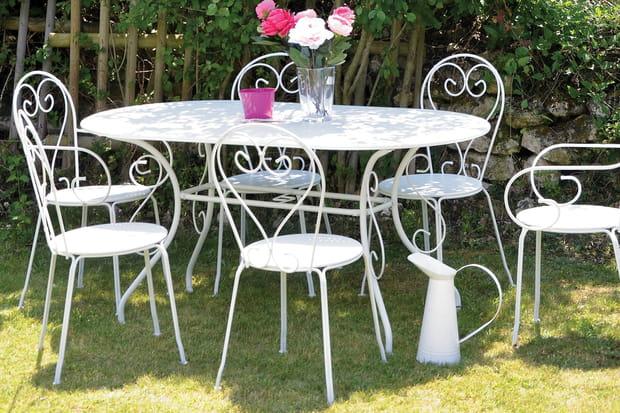 Un salon de jardin romantique