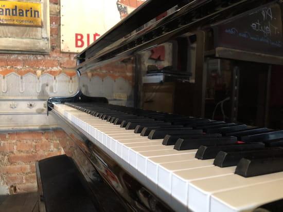 Restaurant : Restaurant du Théâtre  - En plus de soirée musicales, les clients pianistes se voient offrir une coupe de crémant lorsqu'ils jouent -   © Le Théâtre