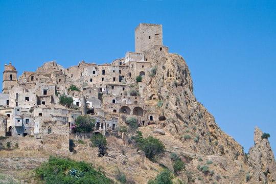 Un pic rocheux couvert de ruines