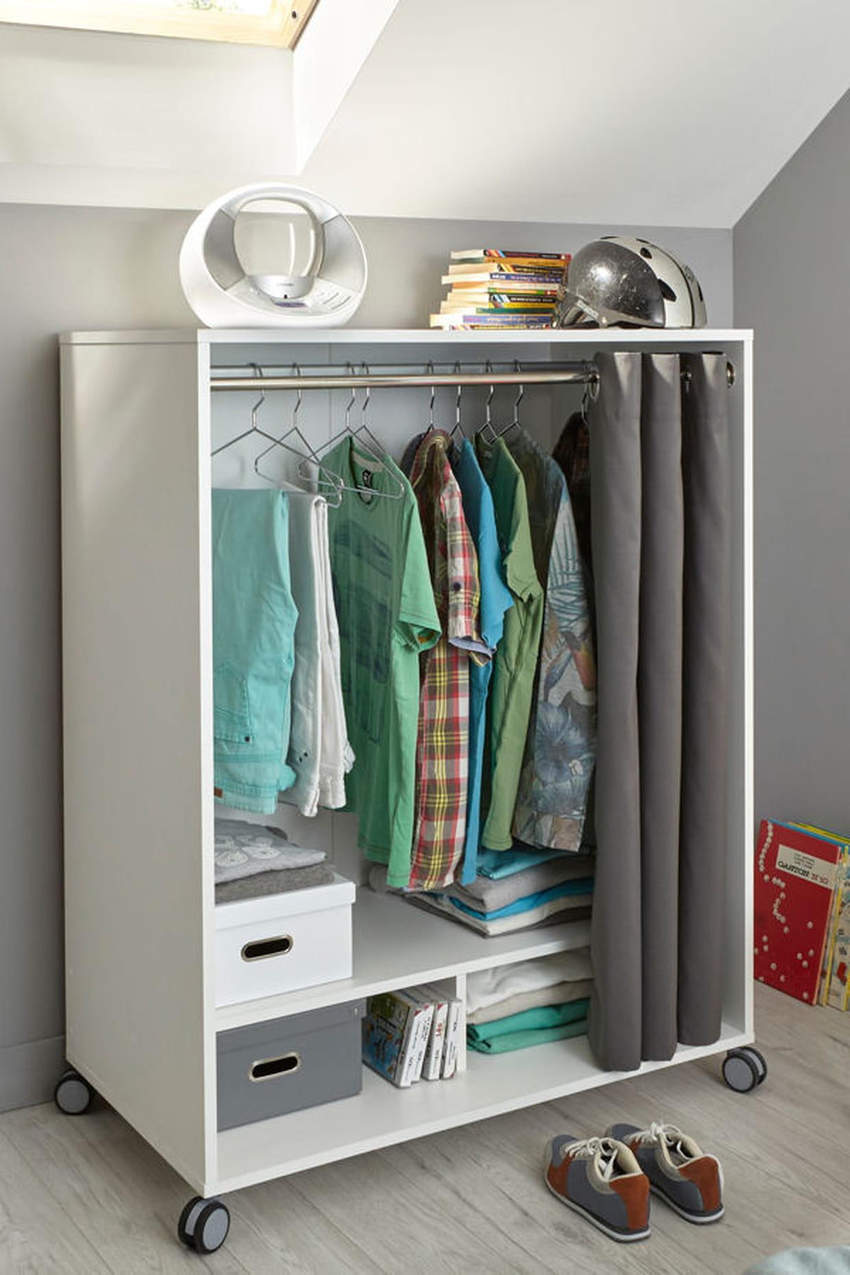 un petit dressing roulettes. Black Bedroom Furniture Sets. Home Design Ideas