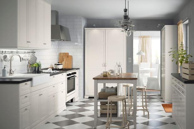 une cuisine blanche. Black Bedroom Furniture Sets. Home Design Ideas