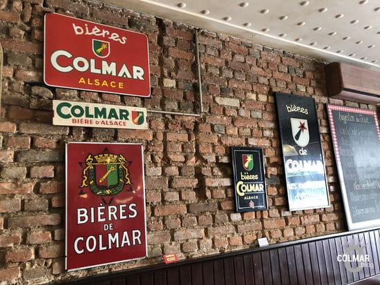 Aux Trois Couleurs  - La décoration intérieure avec les vieilles plaque émaillées -   © Colmar.blog