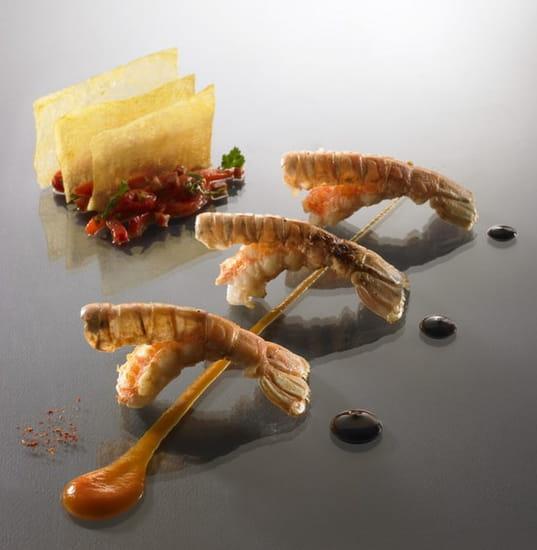 Auberge Saint Jean  - Langoustines rôties, fines tranches de pommes de terre chorizo et poivrons rouges confits, un trait  -   © Philippe Exbrayat