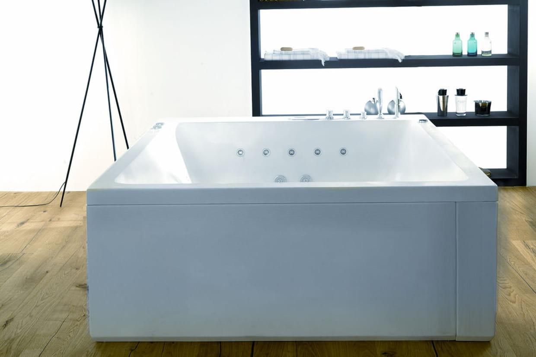 Une baignoire carr for Peut on repeindre une baignoire