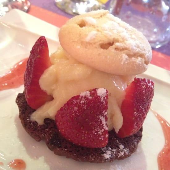 Dessert : Restaurant Urbain IV  - Super dessert du jour :-) Cookie chocolat, ganache chocolat blanc et fraises ... Magnifique !!! -
