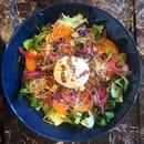 Plat : Koon  - Burrata, butternut rôtie, mélange de salade, pickles, graines germées -   © KOON