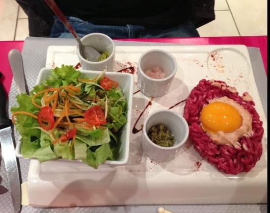 Plat : La Fontaine  - Tartare de bœuf avec ses sauces et ses frites -