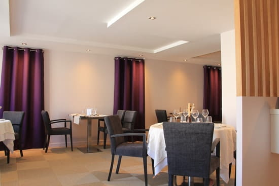 Restaurant Le Pelican  - salle rénovée et décorée de nouveaux mobiliers -   © Olivier GUENOUN