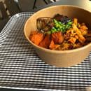 Plat : Soup & Juice  - Salade Bowl petit pois lentilles quinoa poulet tandoori -   © md