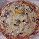 Chez Camembert Pizza  - LA PAYSANNE AUX LARDONS : sauce tomate, fromage, olives, lardons, champignons, crème fraîche, oeuf -   © Camembert pizza
