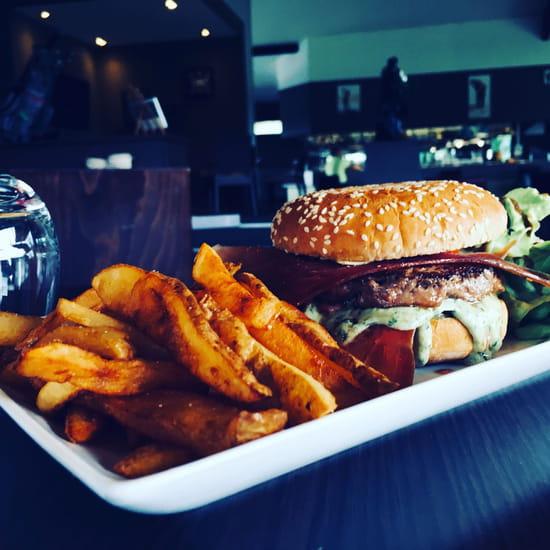 Plat : Restaurant du Golf d'Artiguelouve  - Burger, sauce pesto -   © ..