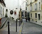 le pavage transversal dans la rue marque l'ancienne enceinte gallo-romaine de