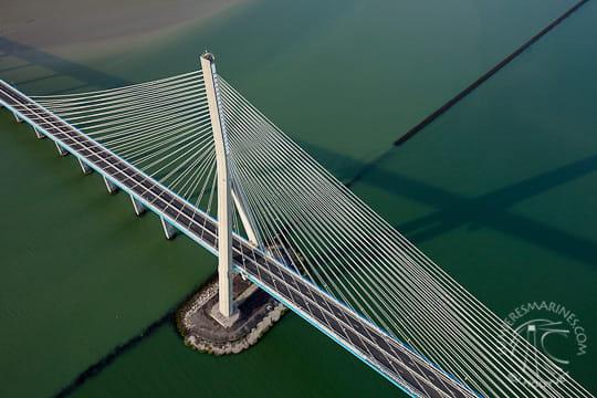 Au-dessus du pont de Normandie
