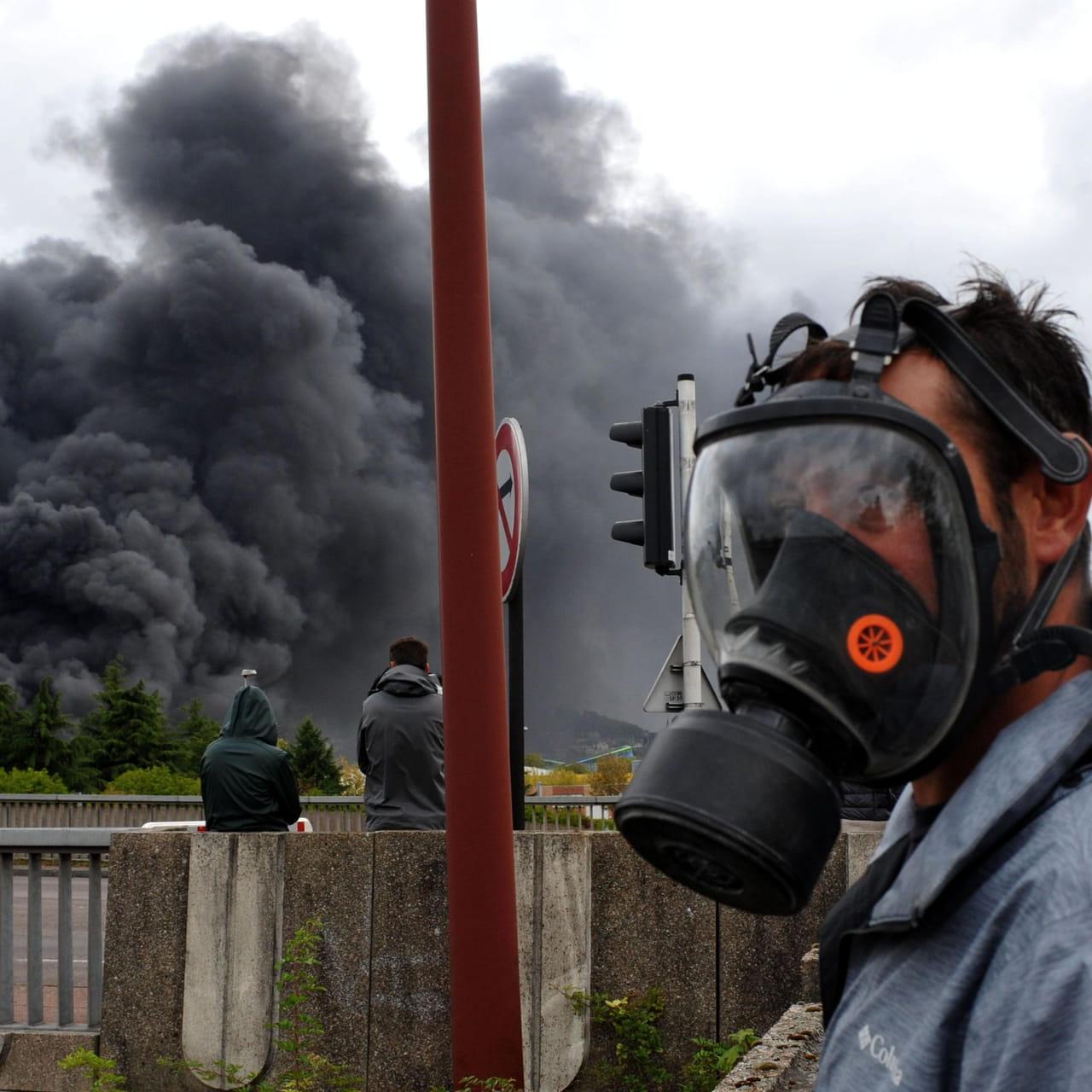 """Résultat de recherche d'images pour """"nuage toxique à Rouen police et masque à gaz"""""""