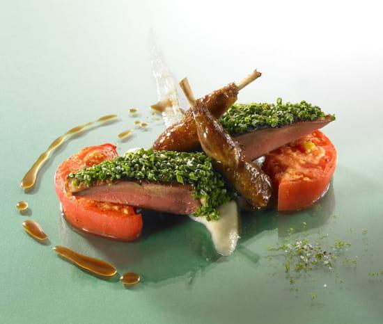 Auberge Saint Jean  - Suprêmes de pigeon rôtis, les cuisses cuites longuement, grosse tranche de tomate Hector, pulpe d'éc -   © Philippe Exbrayat