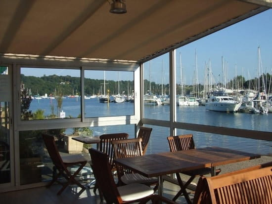 Bar du Yacht  - salle du resto.... vue sur le Trieux -   © Didier CONAN