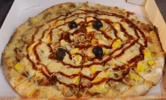 Chez Camembert Pizza  - L'HAWAÏENNE : base crème fraîche, fromage, olives, poulet rôti, ananas frais, sauce barbecue -   © Camembert pizza