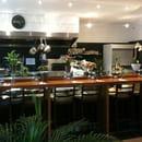 Sainbio  - Bar du restaurant donnant sur la cuisine ouverte -   © E.R