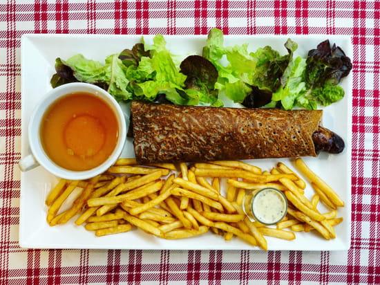 Plat : Crêperie L'Épi de Blé - Rennes  - Galette saucisse frites et salade -   © -