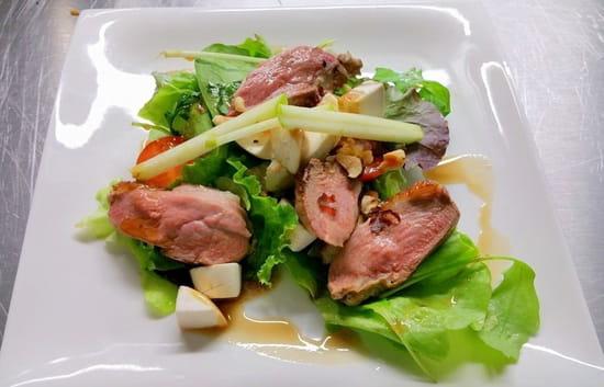 D2  - Salade de magret fumé au romarin -   ©  cheese cake sur sablé breton et fraises zestées au citron vert