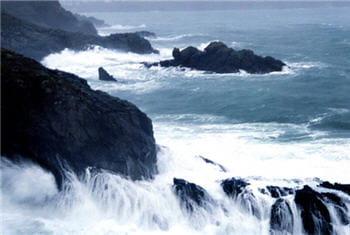 la mer laisse éclater sa colère.