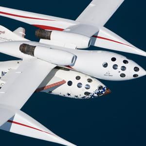 le vaisseau-mère motherknighttwo emmène spaceshiptwo dans les étoiles.