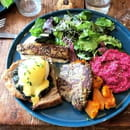 Brunch : Koon  - Oeuf bénédicte aux épinards, halloumi grillé, houmous à la betterave, butternut rôtie -   © KOON