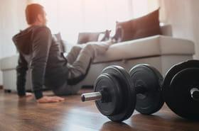 Matériel pour faire du sport à la maison: haltères, tapis, vélo d'appartement... Le top