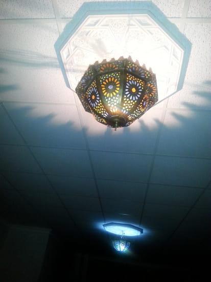 Restaurant : Aladin  - Plafonnier de la grande salle au fond du restaurant -   © photo m'appartient