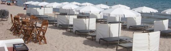 Restaurant le Bout du Monde  - Une plage équipée avec vue sur la baie de Calvi -   © Proxicrea
