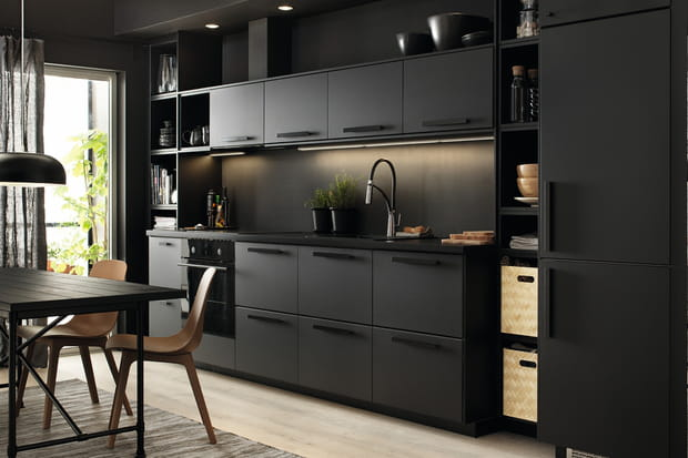 une cuisine qui n 39 a pas peur du noir. Black Bedroom Furniture Sets. Home Design Ideas