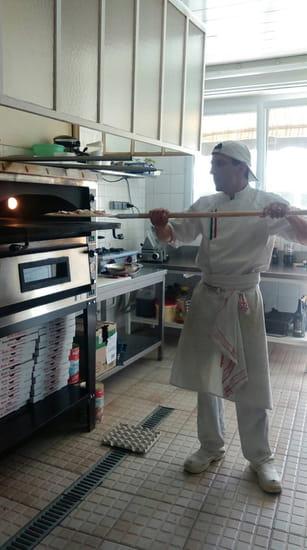 Plat : Roma Pizza  - Enfournage de la pizza -